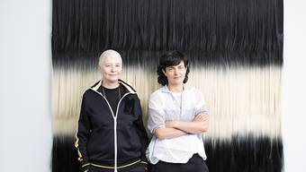 "Die Künstlerinnen Pauline Boudry (r) und Renate Lorenz haben an der Kunstbiennale in Venedig den Schweizer Pavillon in die filmische Installation ""Moving Backwards"" verwandelt. (Archivbild)"