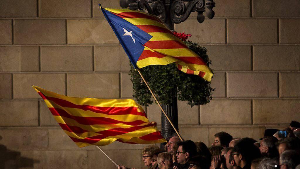 Anhänger eines unabhängigen Kataloniens schwingen Fahnen anlässlich einer Zeremonie im vergangenen Januar. Der Streit in der Koalition ist ein Rückschlag für die Unabhängigkeitsbefürworter. (Archivbild)
