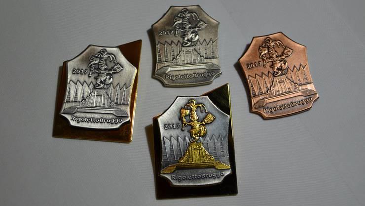 Die Plaketten gibt es in Gold, Silber und Kupfer. Die Spezialplakette (unten Mitte) ist nicht käuflich.