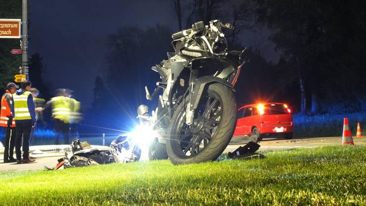 Ein 18-jähriger Motorradfahrer ist am Mittwochabend in Schinznach Bad bei der seitlichen Kollision mit einem Opel Meriva tödlich verletzt worden. Der 73-jährige Autolenker, der in die Hauptstrasse einbog, blieb unverletzt.