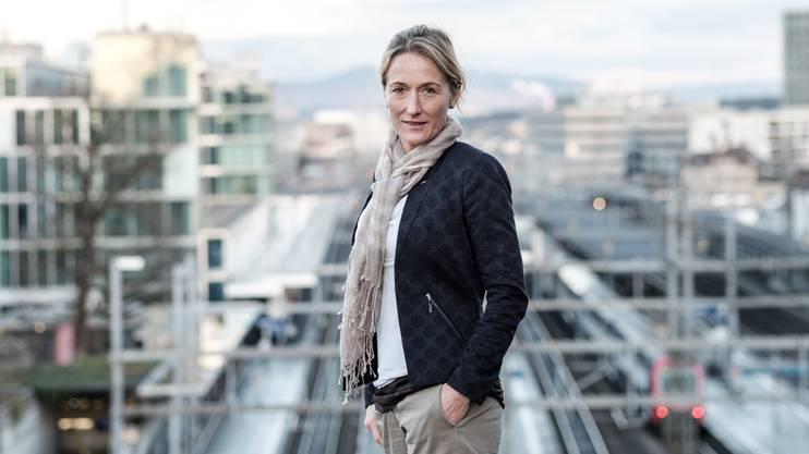 Susanne Hochuli mit dem Bahnhof Aarau im Hintergrund.