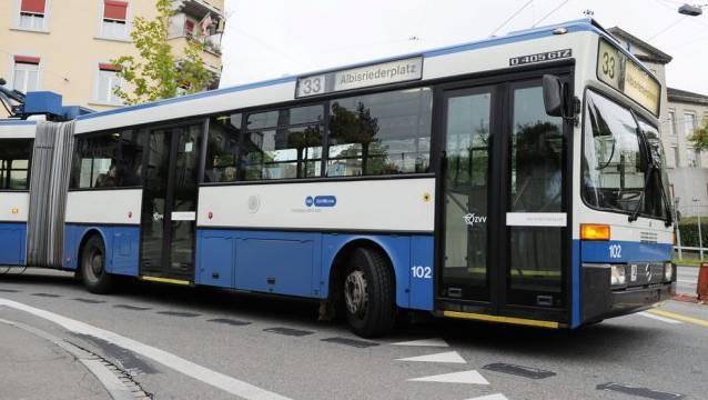 Ein VBZ-Bus der Linie 75 und ein Personenwagen kollidierten. (Symbolbild)
