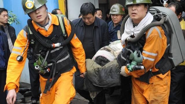 Rettungsmannschaften bergen einen Kumpel aus dem Bergwerk