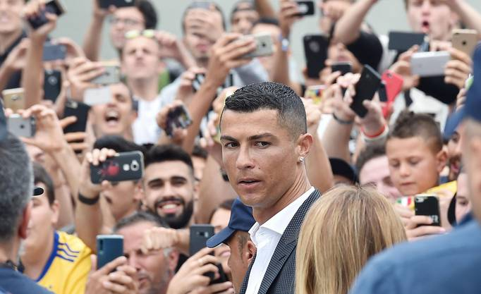 Bad in der Menge: Ronaldo schaut noch etwas kritisch.