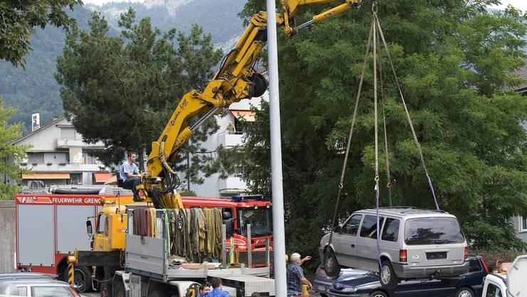 Das Fahrzeug eines der beiden Opfer im Familienmord in Bettlach wird von der Polizei weggebracht.
