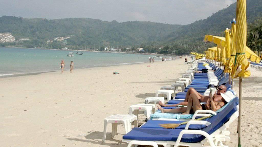Ein Strand in Phuket: Thailand gehört zu den beliebtesten Zielen von Schweizer Touristinnen und Touristen an Weihnachten und Neujahr. (Archiv)