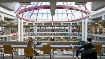 Blick in die Bibliothek der Universität St. Gallen (Archiv)