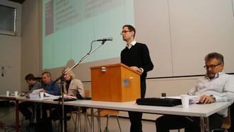 Silvan Hilfiker von der Steuergruppe «Wohnen im Alter» erläuterte die möglichen Finanzierungsstrukturen der künftigen Genossenschaft.  kob