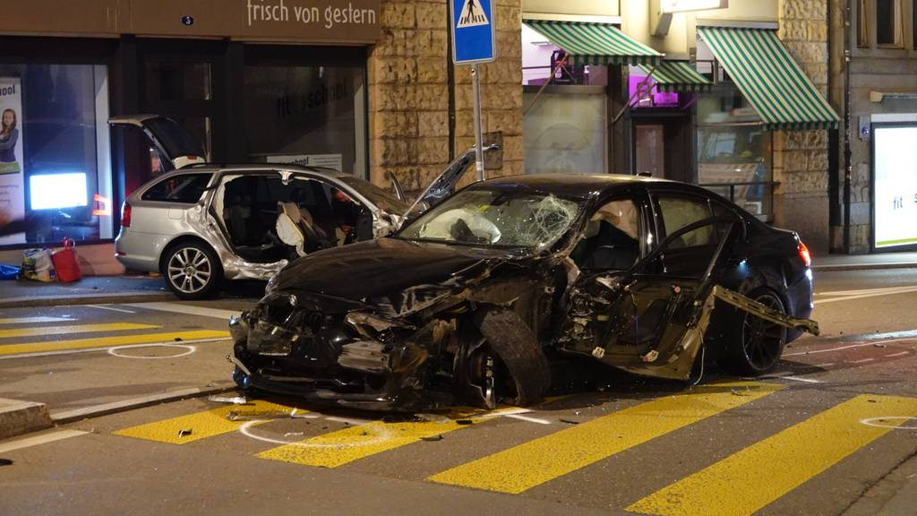 Crash bei Kreisel fordert eine Verletzte – Verursacher wehrt sich gegen Mitnahme auf Polizeiposten