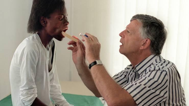 Ruedi Lüthy im Gespräch mit einer Patientin in seiner Klinik in Harare.
