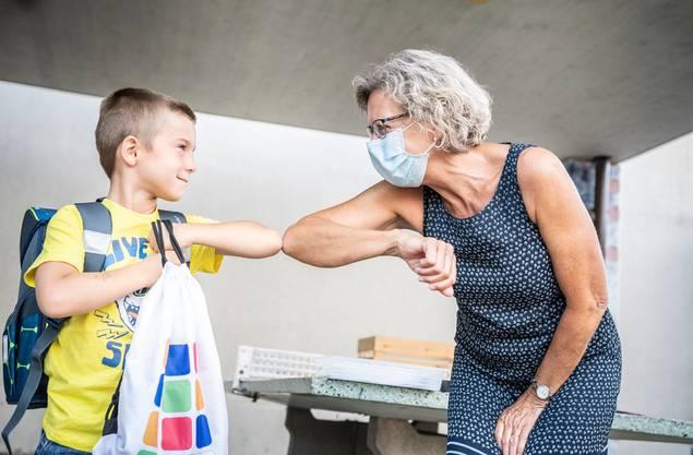 Kinder können das Coronavirus in der Schule auflesen und dann zuhause ihre Eltern anstecken. (Symbolbild)