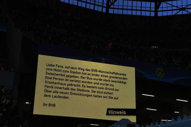 Eine Anzeigetafel im Stadion informiert die Fussball-Fans über den Vorfall.