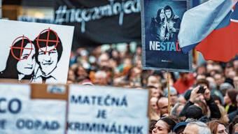 Protest in Bratislava für den ermordeten Journalisten Jan Kuciak und seine Verlobte Martina Kusnirova - und gegen die Regierung.