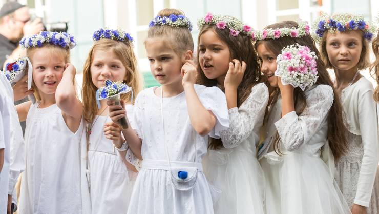 Mädchen halten sich am Jugendfest Lenzburg wegen dem Spiel der Tambouren die Ohren zu, am 14. Juli 2017.