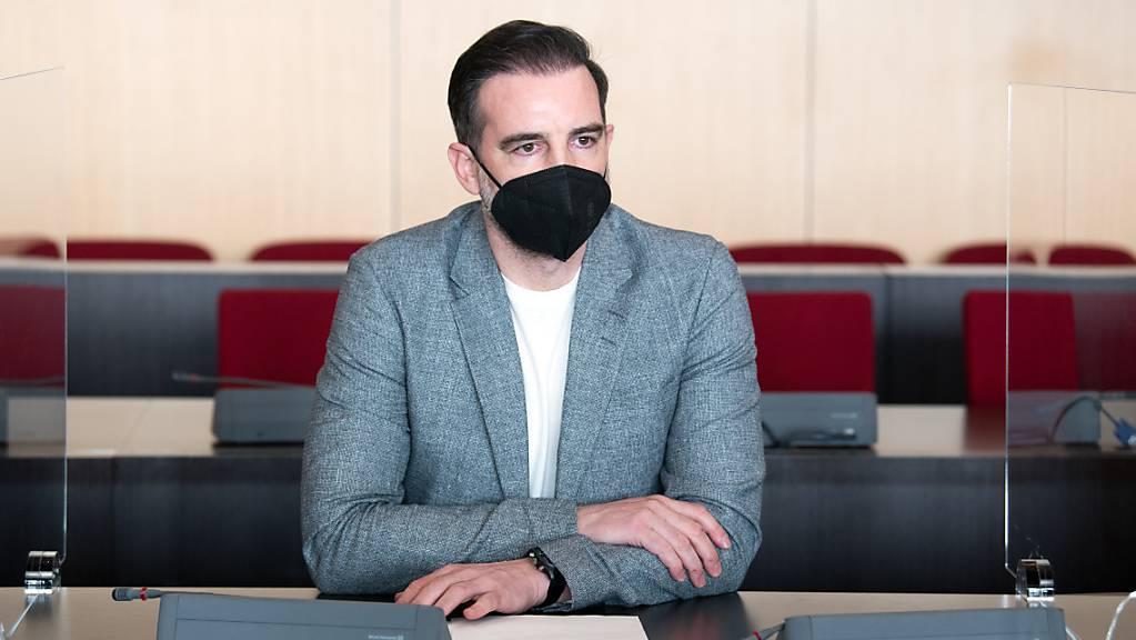 Der angeklagte Christoph Metzelder, ehemaliger Fussball-Nationalspieler, sitzt in einem Saal des Amtsgerichts auf der Anklagebank. Das Urteil gegen Metzelder ist rechtskräftig. Die Staatsanwaltschaft habe ihre Berufung zurückgenommen und beide Seiten hätten Rechtsmittelverzicht erklärt, teilte das Düsseldorfer Amtsgericht am Montag mit.