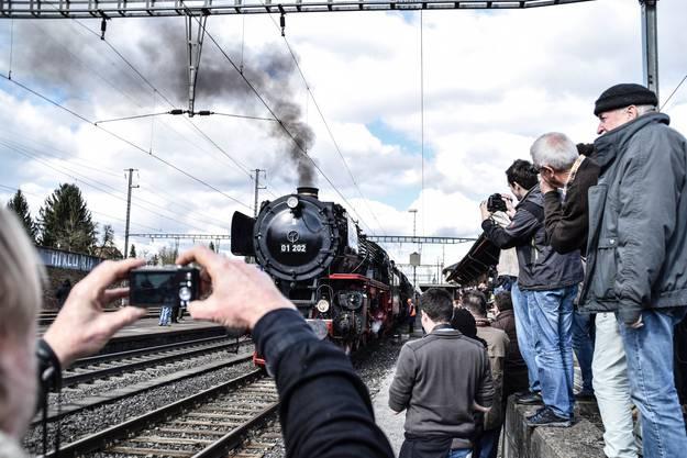 In Richtung Gotthard für der Zug in Doppeltraktion mit den zwei ehemaligen Reichsbahnloks 01 202 und 01 1066 an der Spitze.
