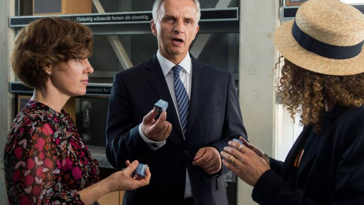 Bundesrat Didier Burkhalter (Mitte) und seine Frau Friedrun Sabine betrachten den Schweizer Pavillon an der Expo in Mailand. Einen Tag vor der Schliessung der Expo Milano hat Burkhalter der Weltausstellung einen Besuch abgestattet.