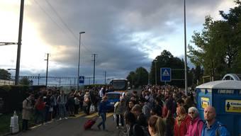 Hunderte Reisende mussten gestern Montagmorgen am Wohler Bahnhof auf ihre Verbindungen Richtung Hendschiken warten.