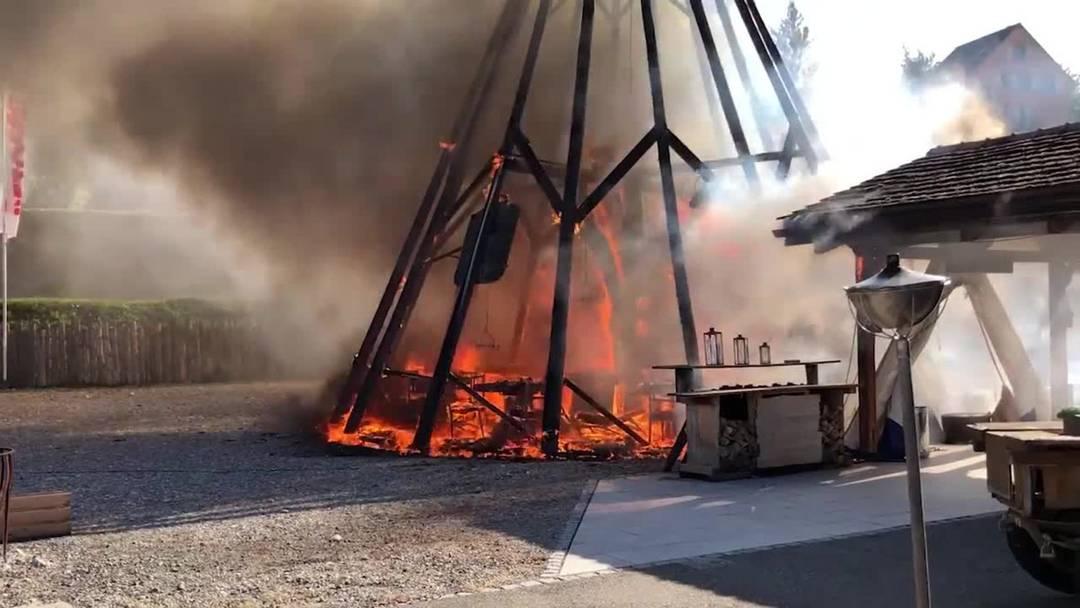 Das Tipi des Restaurants «GoWest» in der Aarauer Telli steht in Flammen, das Feuer hat auch auf das Restaurant-Gebäude übergegriffen.