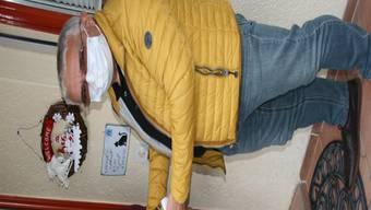 Gemeindeammann René Meier ist in Baldingen als Christkind unterwegs, unter anderem auch bei Rentner Hans-Jörg Hunziker.