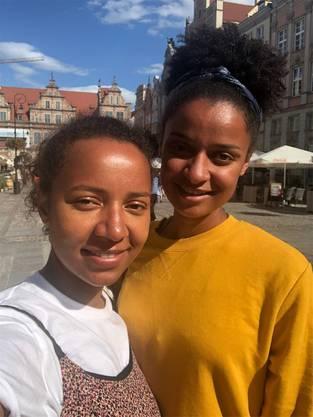 Manuel Akanjis Schwestern Michelle (l.) und Sarah auf dem Weg an die WM.
