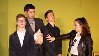 Elia Blaser, Joseph Tschudin, Bilal Fahmi und Malaika Bussinger haben sich ihre Theaterrollen einverleibt.