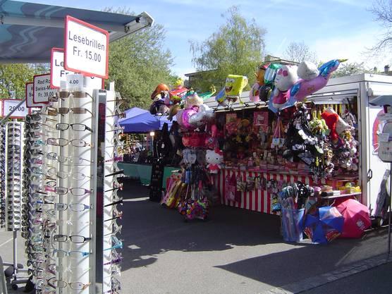 Am Birsfelder Warenmarkt kann man unter freiem Himmel mitten im Dorf einkaufen und sich in einem der Markt-Beizli stärken.