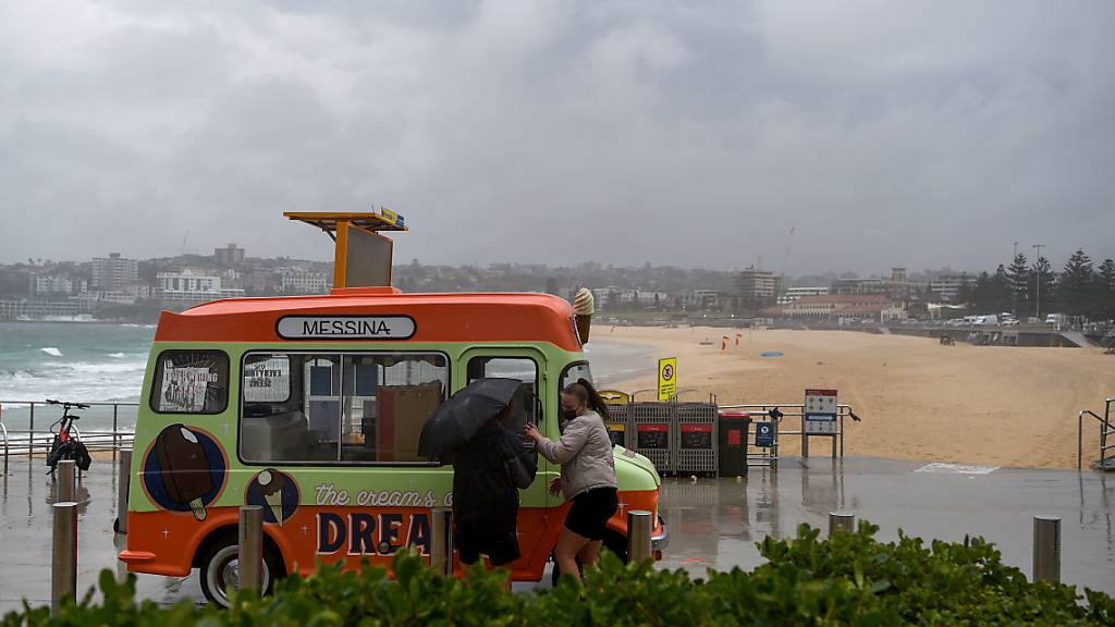 Members of the public are seen at Bondi Beach in Sydney, Monday, July 14, 2014. Fully vaccinated NSW residents have one day remaining of lockdown, with the state recording 477 new local COVID-19 cases and six deaths. (AAP Image/Bianca De Marchi) NO ARCHIVING