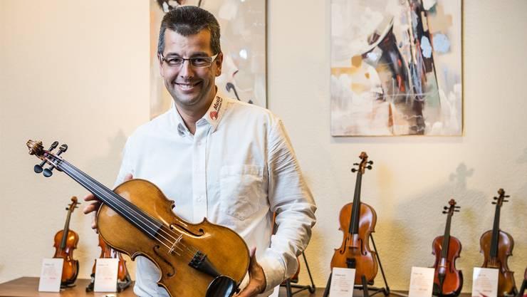 Heinz Grossenbacher in seinem Musikladen in Reinach.