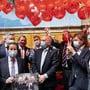 Organisiert von SVP Fraktionschef Thomas Aeschi, SVP-ZG, 2. von links, gratulieren Mitglieder aller Fraktionen während der Debatte um das Covid19 Gesetz mit Geschenken und 70 Ballonen Bundesrat Ueli Maurer, Mitte, zu seinem 70. Geburtstag.