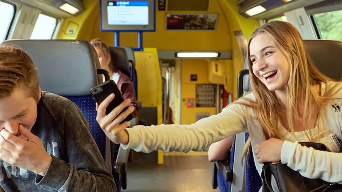 Fahren Junge bald noch glücklicher im öffentlichen Verkehr? Sie sollen ein GA für 1000 Franken erhalten, wenn es nach den Grünen geht.
