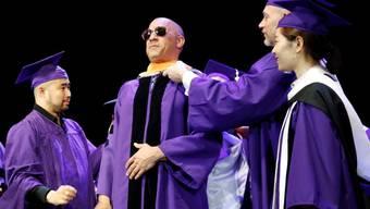 Vin Diesel bei der Entgegennahme seines Ehrendoktors - ohne die traditionelle Kopfbedeckung, dafür mit cooler Sonnenbrille. (zVg)