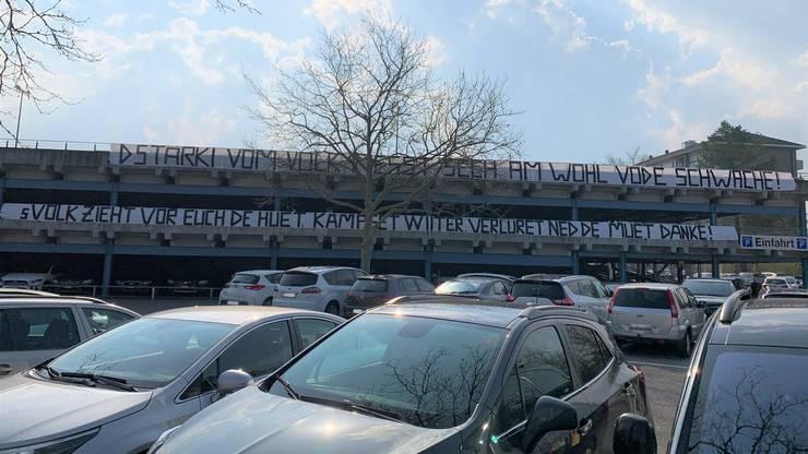 Beim Lockdown bedankte sich die Bevölkerung beim Spital-Personal mit diesen Bannern. Die KSA-Angestellten, die sich für das neue Parkhaus einsetzen, fordern nun eine «echte Wertschätzung».