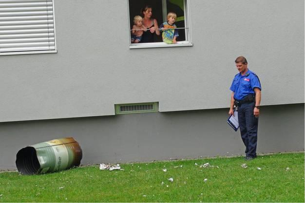 Polizisten untersuchen den Fall vor Ort.
