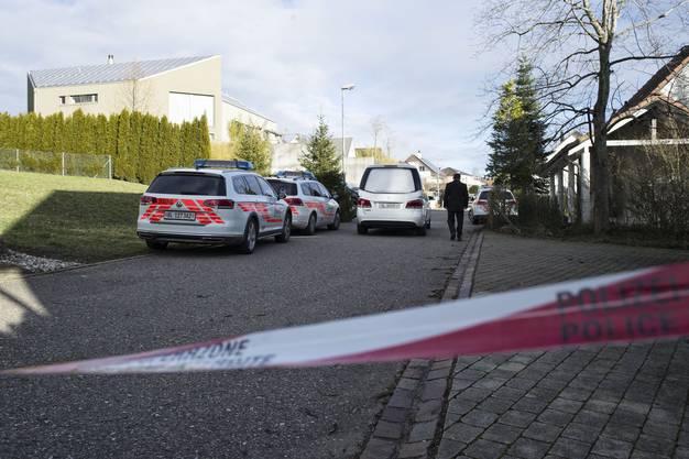 Der Leichenwagen fährt vor dem Haus (links) des erschossenen Martin Wagners vor.
