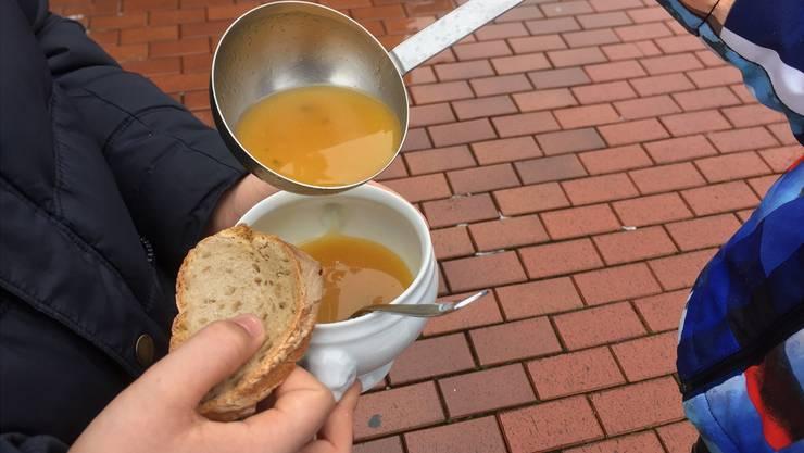 Nebst einer Suppe gibts vom Koch auch Tipps, wie Foodwaste verhindert wird.