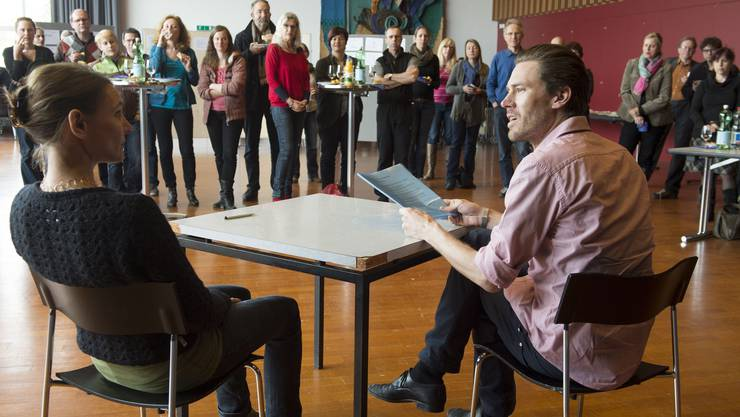 Wettinger Lehrkräfte beobachten die Theateraufführung