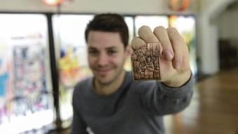 Dario Conti zeigt die Blaggedde der «Olympia».