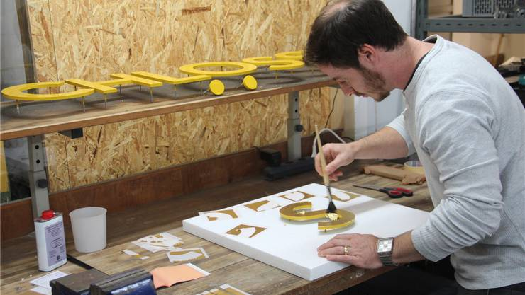 Yves Luchsinger vergoldet den Schriftzug «Schlössli» in Handarbeit. Andrea Weibel