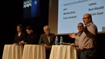 Schon hier war die Meinung gespalten: Info-Veranstaltung zum Zukunftsraum Aarau im Zentrum Bärenmatte in Suhr. Diskussion zwischen den zwei Befürwortern Martha Brem und Carlo Lienhard und den beiden Gegnern Beat Woodtli und Martin Saxer.