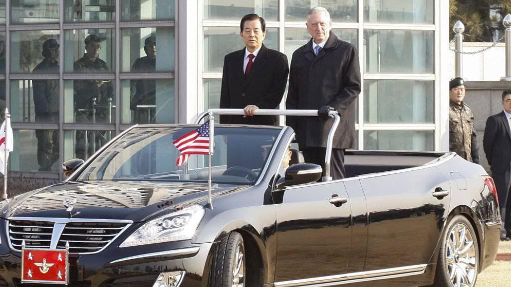 US-Verteidigungsminister James Mattis und sein südkoreanischer Amtskollege Han Min Koo fahren in Seoul eine militärische Ehrengarde ab.