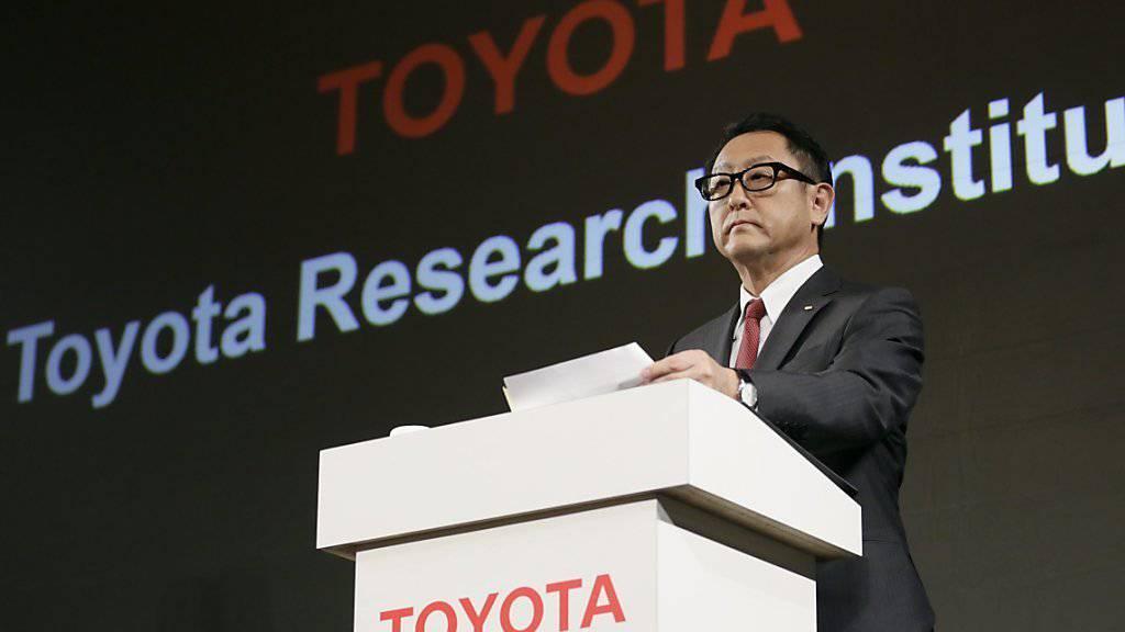 Toyota-Chef Akio Toyoda präsentiert Pläne zur Schaffung eines eigenen Forschungsinstitut an der Stanford Universität im kalifornischen Palo Alto. Ziel ist die Entsicklung selbstfahrender Autos.