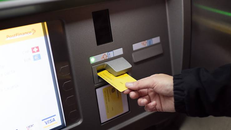 Etliche Geldautomaten der Postfinance haben derzeit Probleme mit der neuen 100er-Note. (Archivbild)
