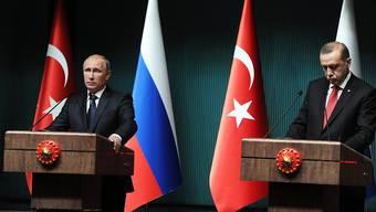 Mach dem Abschuss eines russischen Kampfjets kam es zum Bruch zwischen Moskau und Ankara. Nun sucht der türkische Präsident Erdogan (r.) wieder den Kontakt zu seinem russischen Amtskollegen Putin.