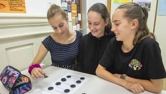 """""""Häsch no Cash?"""": Bezschülerinnen während des Workshops."""