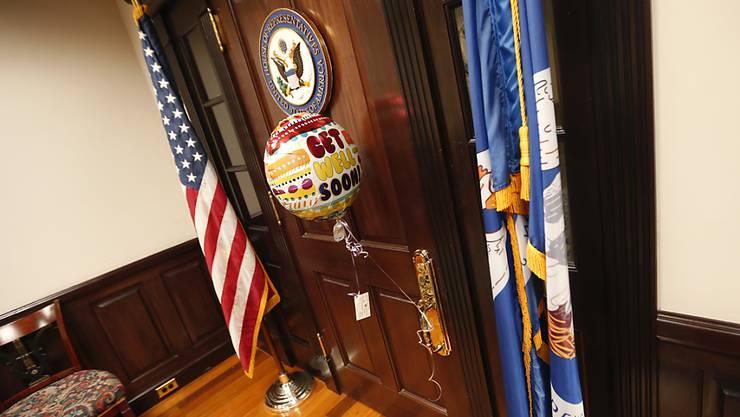 Genesungswünsche: Ein Ballon und eine Karte sind am Eingang zu Scalises Büro festgemacht. Der republikanische Abgeordnete schwebt nach der Schiesserei weiter in Lebensgefahr.