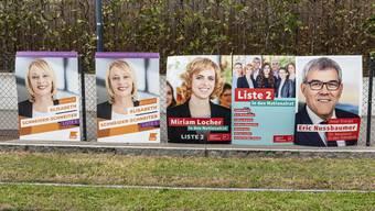 Kopf an Kopf: die Wahlplakate hängen alle dicht nebeneinander.