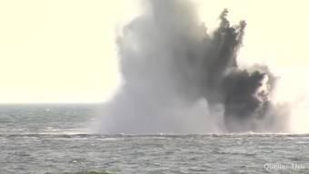 Eine 500-Kilogramm-Fliegerbombe aus dem Zweiten Weltkrieg wird vor der Einfahrt zum Fährhafen Sassnitz-Mukran (D) gesprengt. Die Bombe liegt rund 500 Meter vor der Hafeneinfahrt in 15 Metern Tiefe.