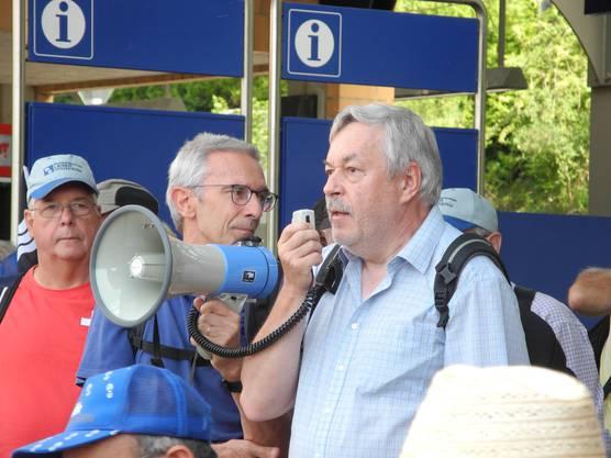 Wanderleiter Rolf Steiner (Verein Idee Reppisch und Alt Kantonsratspräsident ZH) begrüsst am Bahnhof in Birmensdorf