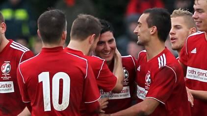 Cüneyt Eksi (Mitte) hat in der Vorrunde noch für Muttenz gejubelt – jetzt spielt er für die Black Stars.